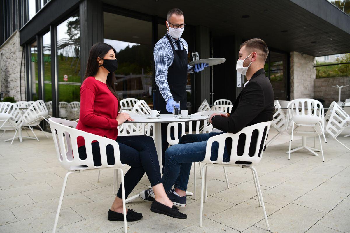 Konobar maska 2