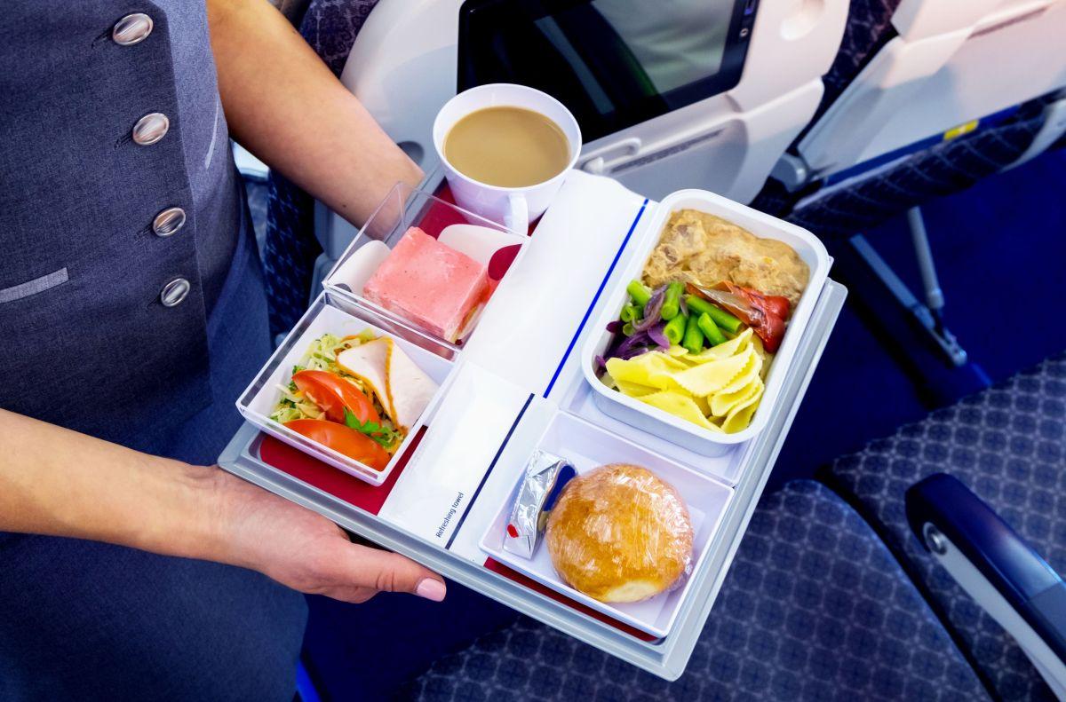 stjuardesa avion jelo